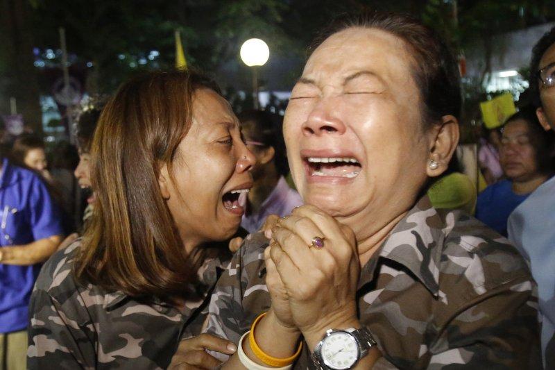 泰王蒲美蓬駕崩,泰國民眾痛哭失聲(AP)