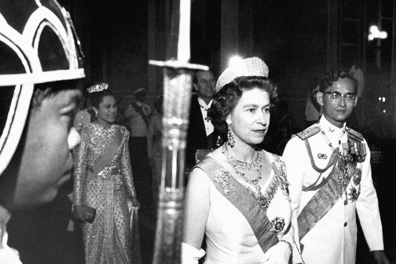 泰王蒲美蓬與英國女王伊莉莎白二世,攝於1972年(AP)