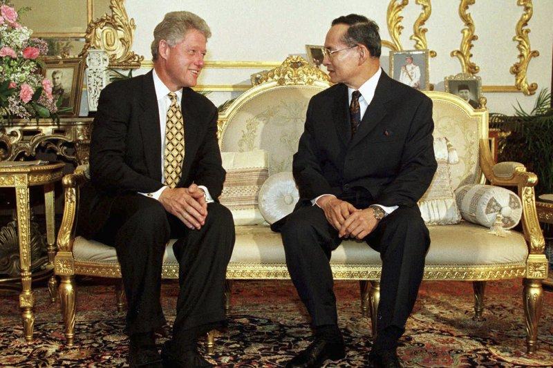 泰王蒲美蓬與美國總統柯林頓,攝於1996年(AP)