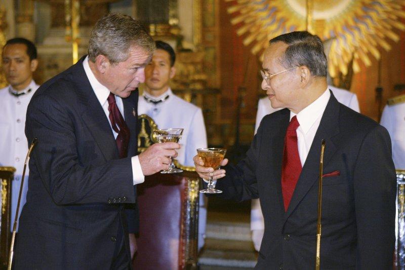 泰王蒲美蓬與美國總統小布希,攝於2003年(AP)