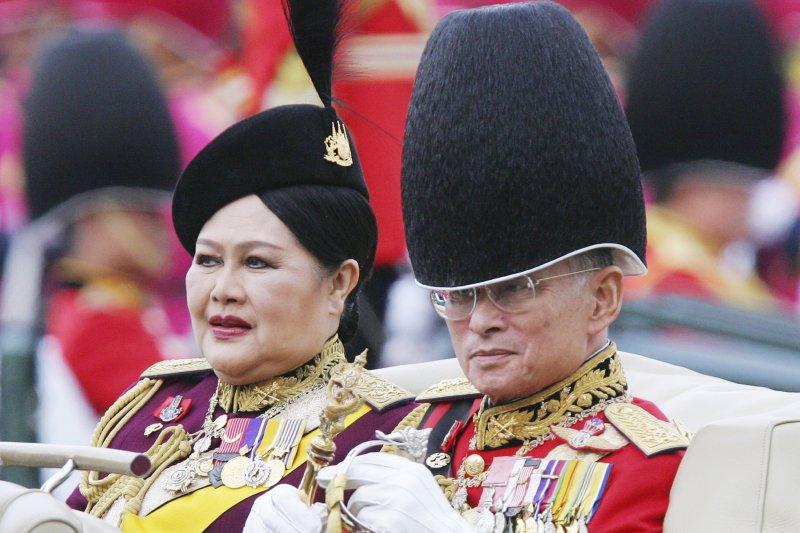 泰王蒲美蓬與王后詩麗吉,攝於2005年(AP)