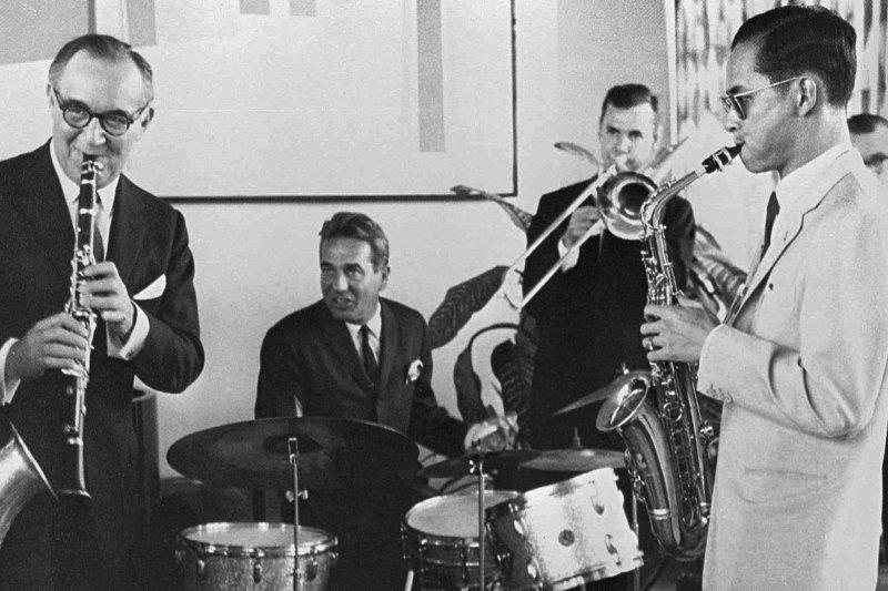 蒲美蓬(右)喜歡爵士樂,是薩克斯風高手,攝於1960年(AP)