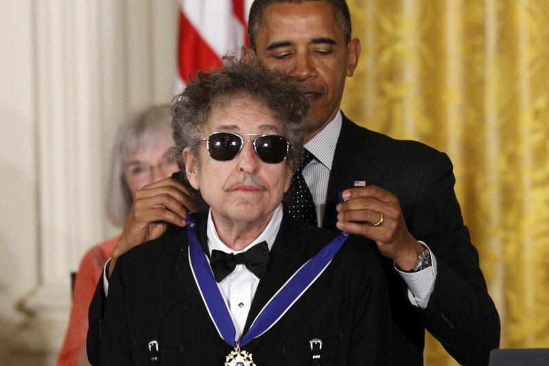 2012年,美國總統歐巴馬頒發「總統自由獎章」給巴布狄倫(AP)