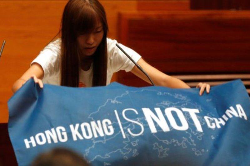 梁頌恒、游蕙禎於儀式前展示「香港不是中國」(Hong Kong is not China)的藍色旗幟,在誓詞中加入「香港民族」等字眼。(圖取自BBC中文網)