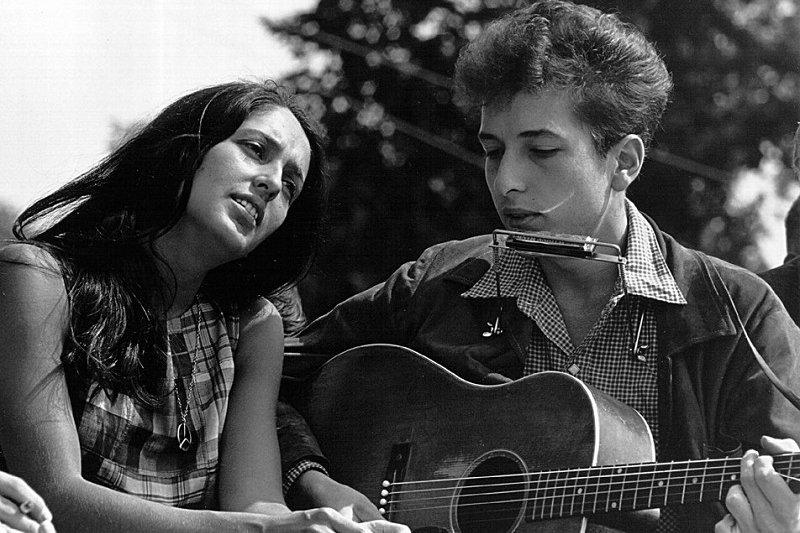 巴布狄倫與第二任女友瓊· 貝茲,兩人分手後,巴布狄倫寫下《Diamonds and Rust》這首歌,據說是以此紀念他們無疾而終的感情。(Wikipedia/Public Domain)