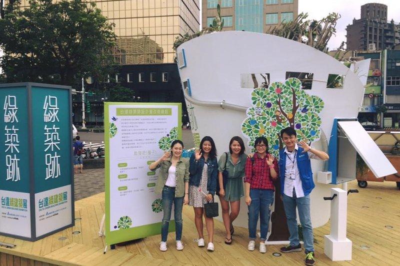 台達綠築跡設計營榮獲特優獎的輔大冠軍團隊,以扭蛋機具有創意又趣味的概念,讓民眾把扭蛋帶回家種植培養永續與綠能的概念。(圖/台達 Delta@facebook)