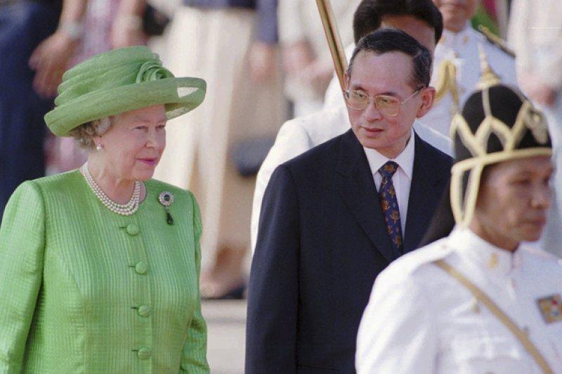 泰王蒲美蓬與英國女王伊莉莎白二世,攝於1996年(AP)