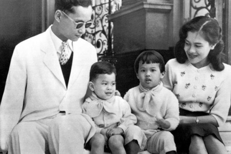 泰王蒲美蓬(左)、王儲瓦吉拉隆功(左二)、烏汶叻公主(右二)、王后詩麗吉,攝於1955年(AP)