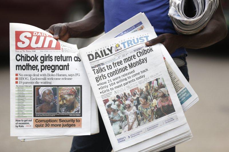 奈及利亞當地報紙以頭條報導部分「奇波克女孩」獲釋的消息。(美聯社)