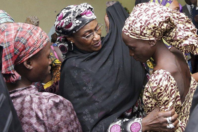 奈及利亞官員正在安慰獲釋的「奇波克女孩」。(美聯社)