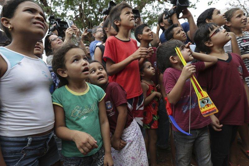 巴西當地的居民們,好奇的觀看著大象瑪雅(Maia)從貨櫃中走出來,迫不及待的走到她的新家「大象庇護所」裡。(AP)