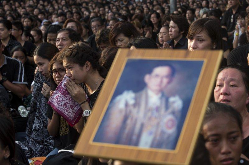 作者認為,泰王蒲美蓬逝世後最先面臨的就是繼位問題。(資料照,美聯社)