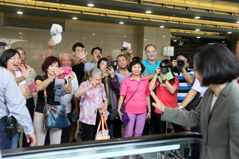 蔡英文總統視察台中車站新站體時,和民眾打招呼(總統府)