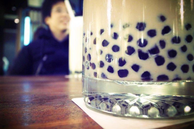 像珍珠奶茶一樣,在茶中加料的作法,最早可以追溯至宋朝。(圖/Yu-Ching Chu@flickr)