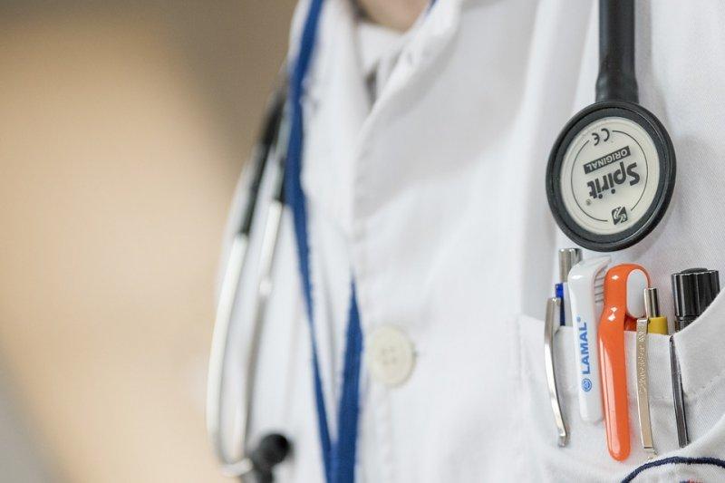 即使是身穿白袍、身負診療重任的醫師,也是會在各種議題上主張不同立場的普通人。示意圖。(資料照,Pixabay)
