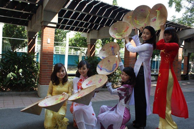 為慶祝越南婦女節,凡參觀越捷攤位的女性,只要出示相關身份證件,均可獲得越捷航空機票優惠券。(圖/擷取自高雄應用科技大學網站)