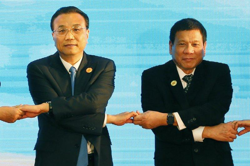 今年9月7日,菲律賓總統杜特蒂(右)與中國李克強出席在寮國舉行的東協加三峰會(AP)