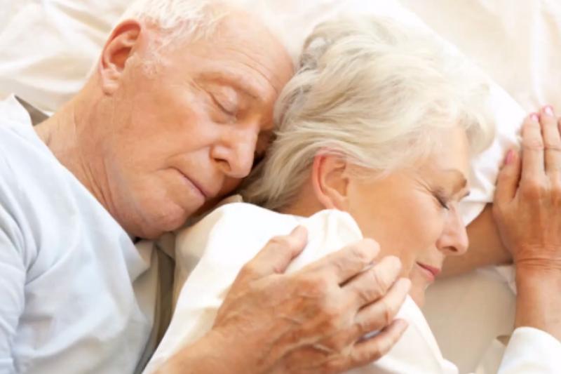 年長者失眠原因,醫師會從生活習慣、睡眠方式、生理疾病與藥物做出診斷。(翻攝自YouTube)