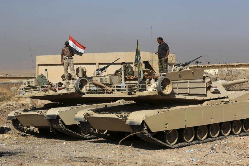 集結伊拉克政府軍、各路民兵和庫德族敢死隊的3萬大軍兵分二路,開啟摩蘇爾戰役。(美聯社)