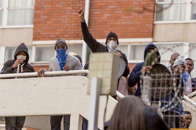 南非約翰尼斯堡的金山大學學生,17日在宿舍抗議政府提高學費。(美聯社)