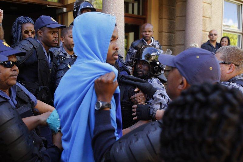 南方警方17日與抗議提高學費的大學生發生衝突。(美聯社)