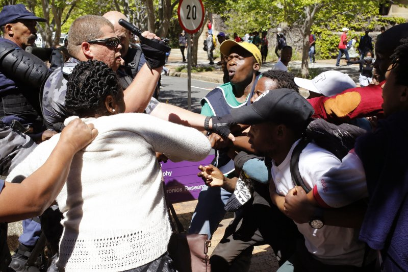 抗議提高學費的大學生17日與校方人員發生衝突。(美聯社)