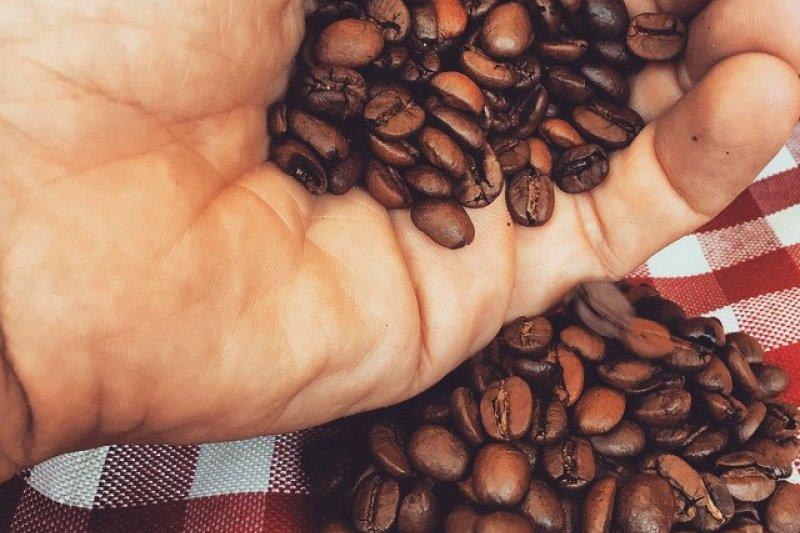 人們對咖啡需求量龐大,全世界每天平均喝掉二十幾億杯咖啡。(圖/Victor@flickr)