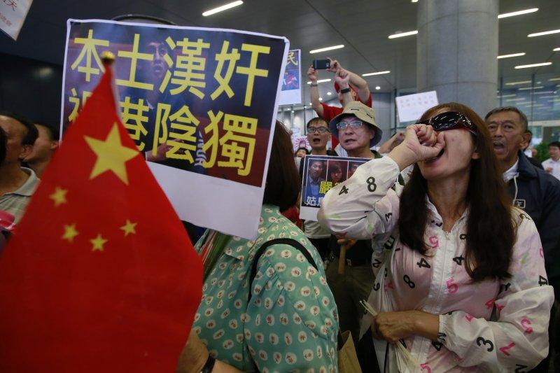 香港立法會的親北京建制派議員發動流會,不讓本土派新血梁頌恆及游蕙禎再次宣誓。(美聯社)