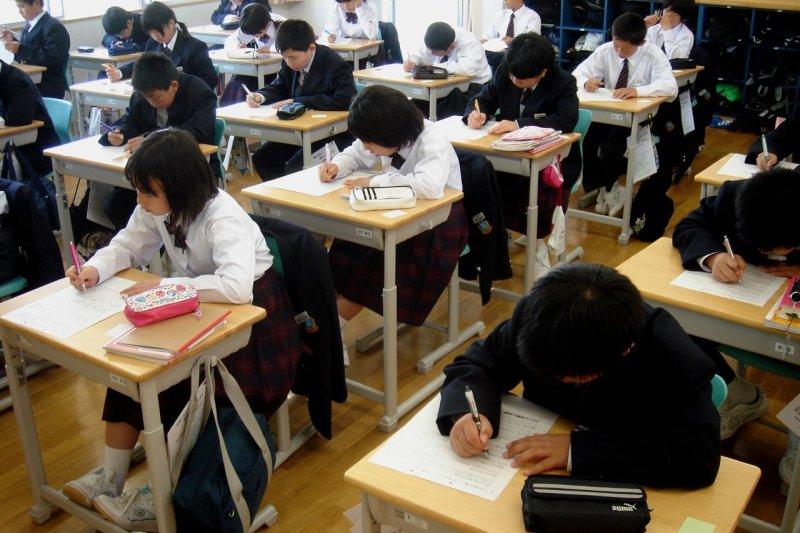 整天在教室念書,學生真的會比較優秀嗎?(圖/Angie Harms@flickr)