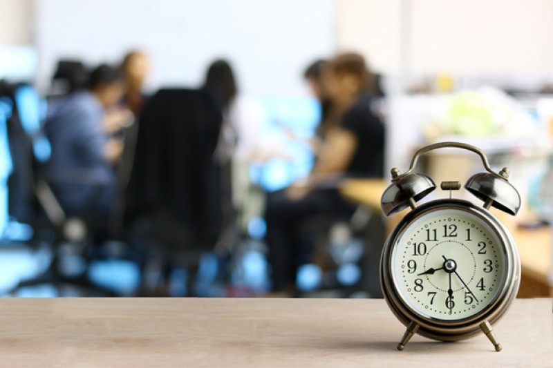拿個時鐘提醒自己會議不要超時。(圖/shutterstock)
