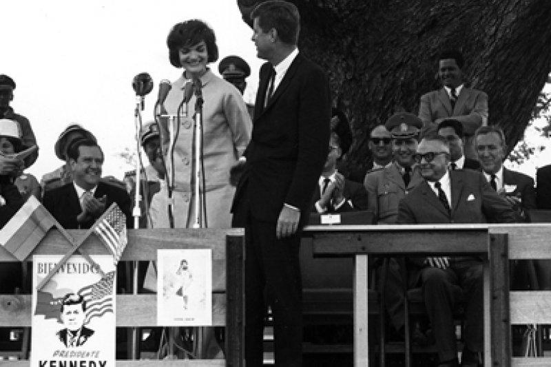 甘迺迪經常帶著賈桂琳出席公開活動。(wikipedia/public domain)