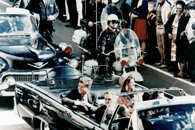 甘迺迪拜訪德州時遭到刺殺,當時賈桂琳就坐在他身邊。(wikipedia/public domain)