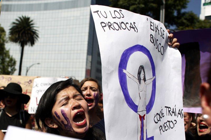阿根廷16歲少女露西亞遭暴力性侵至死,點燃全拉丁美洲女性的怒火,墨西哥女性走上街頭要求正視女性遭到暴力對待的問題(AP)