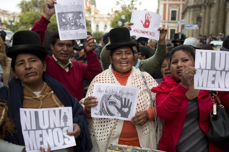 阿根廷16歲少女露西亞遭暴力性侵至死,點燃全拉丁美洲女性的怒火,玻利維亞女性走上街頭要求正視女性遭到暴力對待的問題(AP)