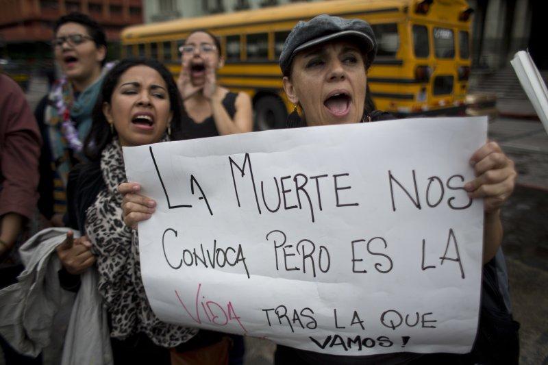 阿根廷16歲少女露西亞遭暴力性侵至死,點燃全拉丁美洲女性的怒火,瓜地馬拉的女性走上街頭要求正視女性遭到暴力對待的問題(AP)