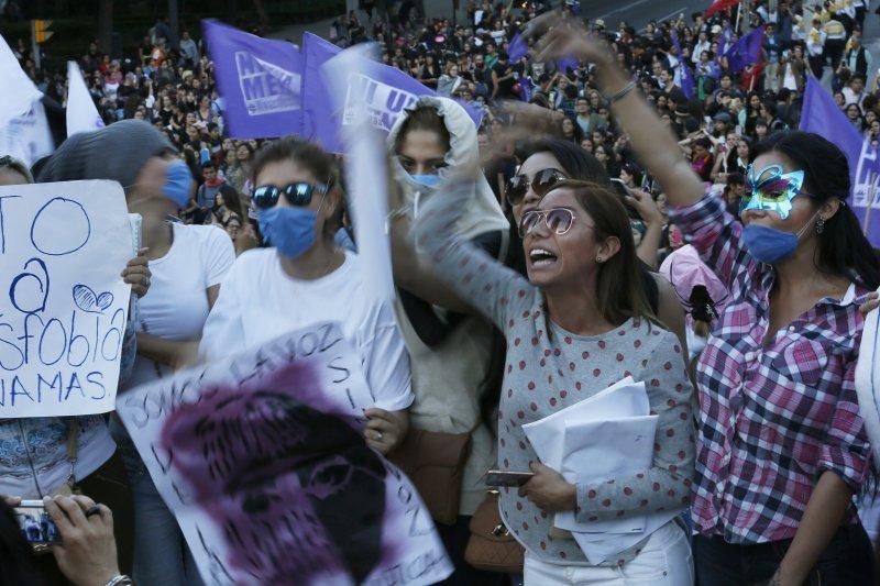 阿根廷16歲少女露西亞遭暴力性侵至死,點燃全拉丁美洲女性的怒火,墨西哥的女性走上街頭要求正視女性遭到暴力對待的問題(AP)