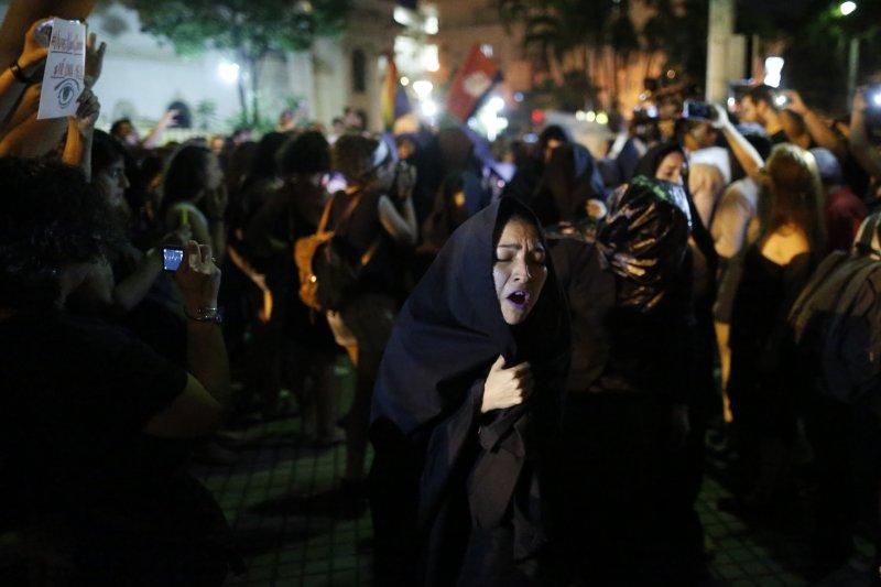 阿根廷16歲少女露西亞遭暴力性侵至死,點燃全拉丁美洲女性的怒火,巴拉圭的女性走上街頭要求正視女性遭到暴力對待的問題(AP)