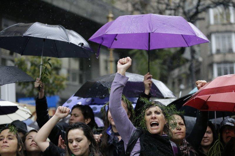 阿根廷16歲少女露西亞遭暴力性侵至死後,阿根廷成千上萬名女性走上街頭要求正視女性遭到暴力對待的問題(AP)