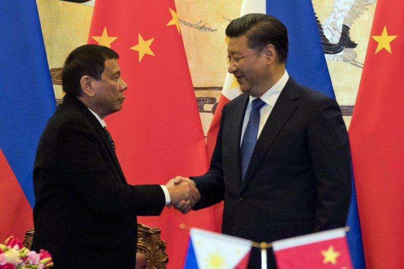 菲律賓總統杜特蒂出訪中國,與中國國家主席習近平會面。(資料照,美聯社)