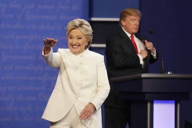 2016美國總統大選電視辯論,希拉蕊熱情回應台下的支持者。(美聯社)