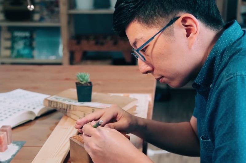 篆刻對蔡孟宸來說除了是一項技藝,更是人生理想的追求。(圖/Hahow提供)