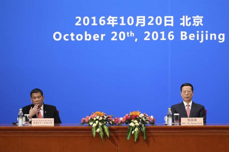 菲律賓總統杜特蒂(左)與中國國務院副總理張高麗(右)出席中菲經貿合作論壇。(美聯社)