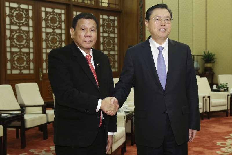 菲律賓總統杜特蒂(左)訪問中國,會晤人大常委會委員長張德江。(美聯社)
