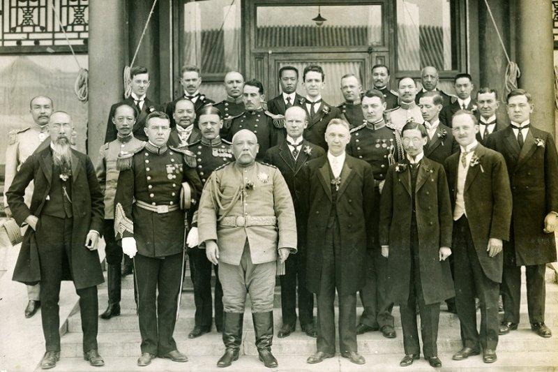 1913年10月10日袁世凱正式就任中華民國大總統之後,各國駐華使節覲見合影。(維基百科)