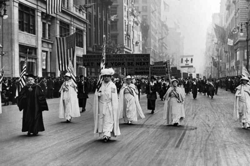 超過3萬名女性走上紐約第五大道爭取投票權。(美聯社)