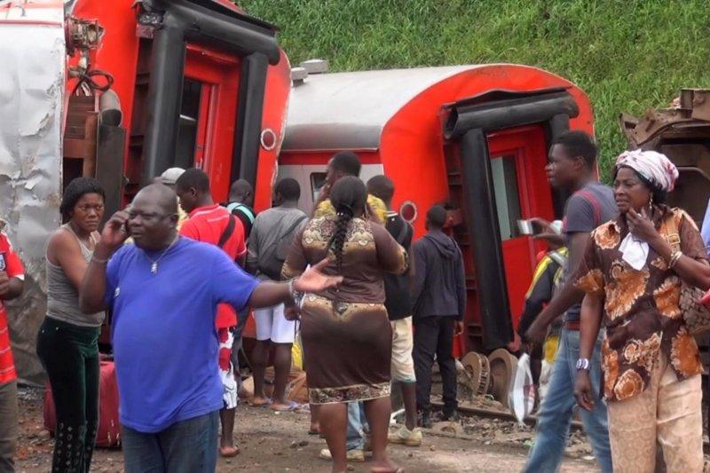 喀麥隆21日發生火車出軌的意外,造成至少55死的慘劇。(美聯社)