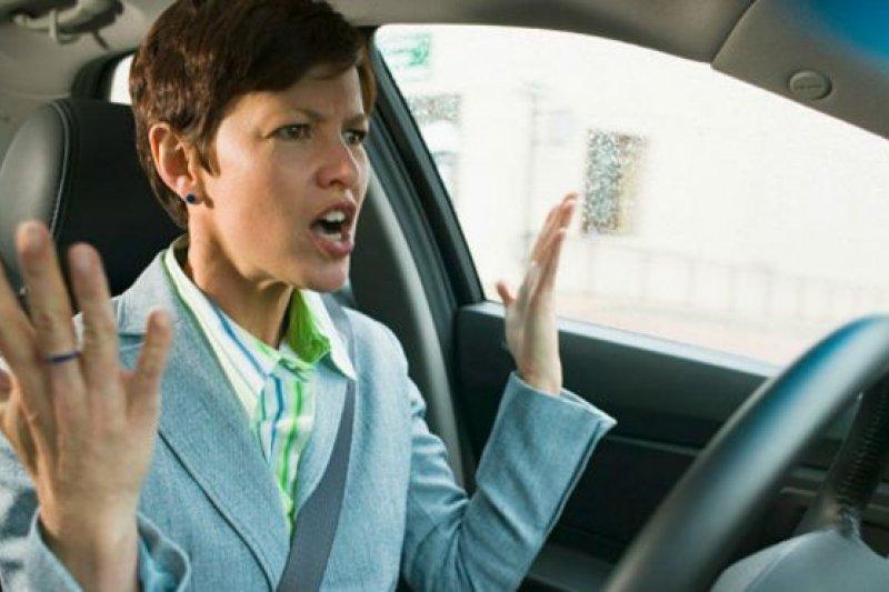 調查顯示女司機比男司機在開車時更容易發火。(BBC中文網)