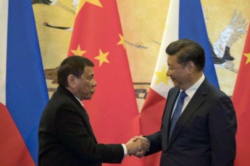 杜特蒂在競選總統過程中對中國態度強硬,但上台後卻轉向溫和。(BBC中文網)