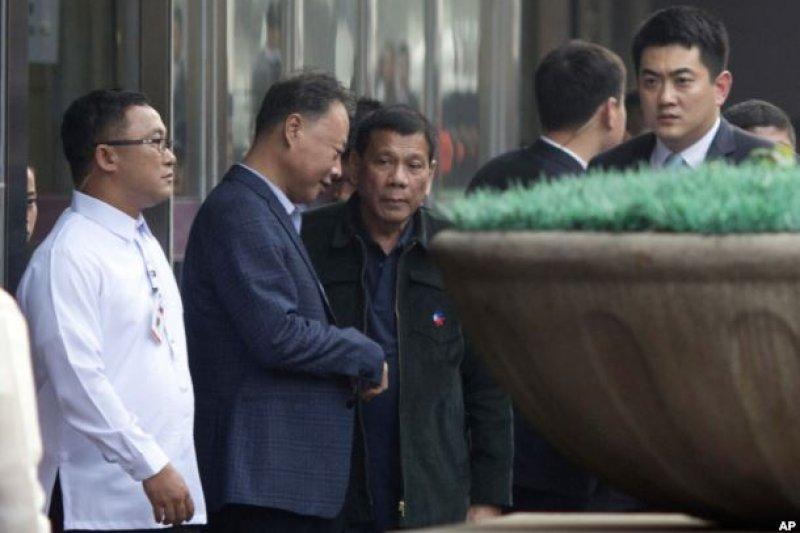 菲律賓總統杜特爾特在北京走出購物中心。(美聯社)