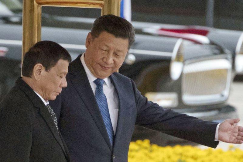 菲律賓總統杜特蒂與中國國家主席習近平在人民大會堂外的歡迎儀式上。(美聯社)